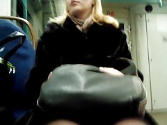 blondy bitch legs in train Blonde Schlampe im Zug