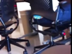muestra tanga en la oficina